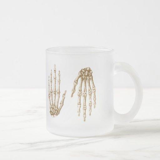 Los huesos de la mano humana taza de cristal