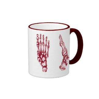 Los huesos del pie humano taza a dos colores