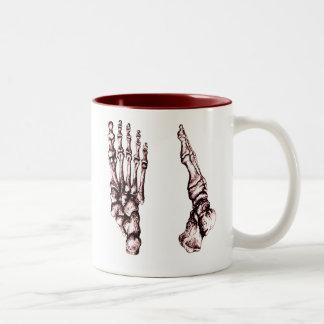 Los huesos del pie humano taza dos tonos