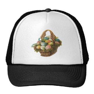 Los huevos de Pascua coloridos llenan una cesta de Gorro