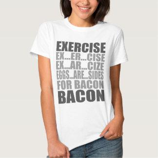 Los huevos del ejercicio son tocino de los lados camisas