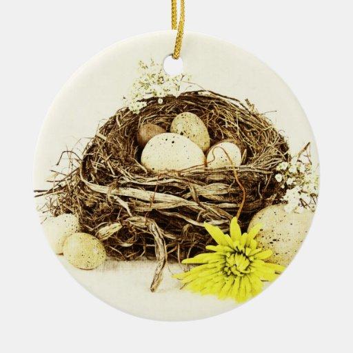 Los huevos del pájaro en una jerarquía - pascua fe adornos de navidad
