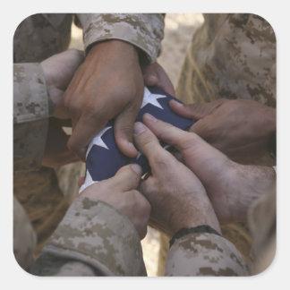 Los infantes de marina doblan una bandera american colcomanias cuadradas personalizadas