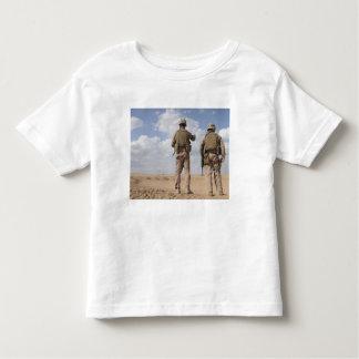 Los infantes de marina exploran el horizonte para tshirts