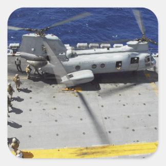 Los infantes de marina suben a un helicóptero del pegatina cuadrada