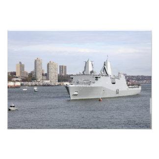 Los infantes de marina y los marineros sirven los impresiones fotograficas