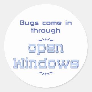 Los insectos vienen adentro a través de ventanas etiquetas redondas