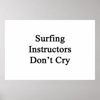 Los instructores que practican surf no lloran póster