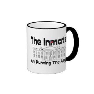 Los internos están corriendo el asilo taza de café