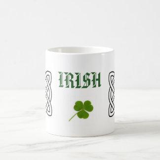 Los irlandeses con el trébol y el círculo céltico taza básica blanca