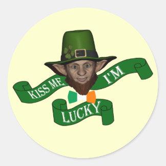 Los irlandeses me besan que soy leprechaun afortun etiquetas redondas