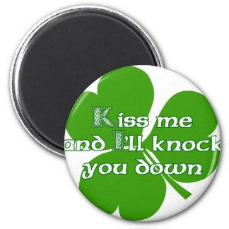Los irlandeses se besan y le golpearé para tragar imán redondo 5 cm