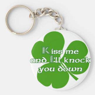 Los irlandeses se besan y le golpearé para tragar llavero redondo tipo pin