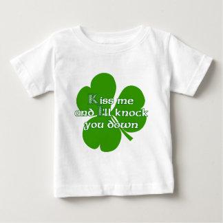 Los irlandeses se besan y le golpearé para tragar playera