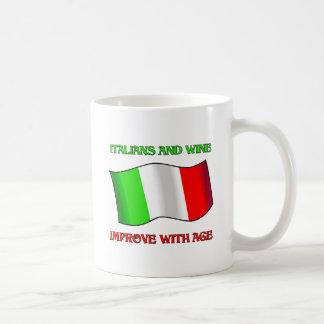 Los italianos y el vino, mejoran con edad taza clásica