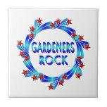 Los jardineros oscilan las estrellas rojas azulejos
