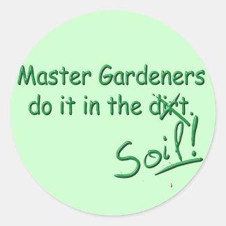 Los jardineros principales lo hacen en el suelo etiquetas redondas