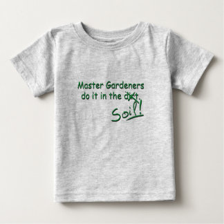 Los jardineros principales lo hacen en el suelo playera de bebé