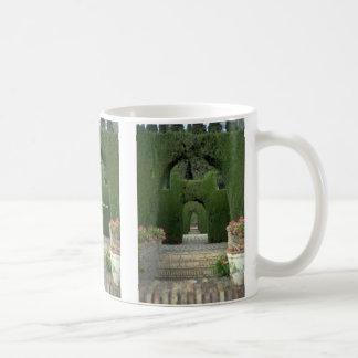 Los jardines famosos de Alhambra, Granada, España Tazas De Café