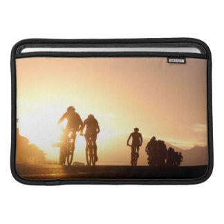 Los jinetes de la bici de montaña hacen su manera funda para macbook air