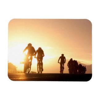 Los jinetes de la bici de montaña hacen su manera imán
