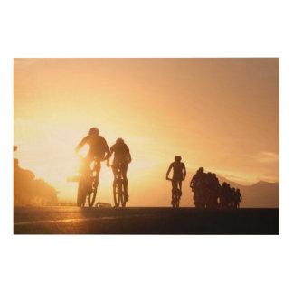 Los jinetes de la bici de montaña hacen su manera impresiones en madera