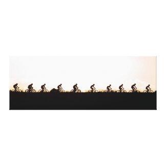 Los jinetes de la bici de montaña hacen su manera impresion de lienzo