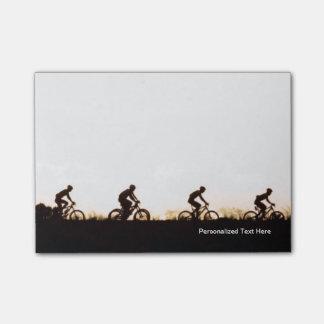 Los jinetes de la bici de montaña hacen su manera notas post-it®