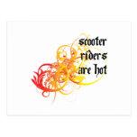 Los jinetes de la vespa son calientes postales