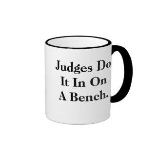 Los jueces lo hacen - insinuacíon legal fresca taza de dos colores