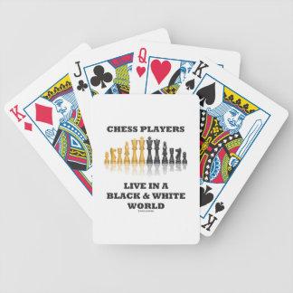 Los jugadores de ajedrez viven en un mundo negro y cartas de juego