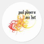 Los jugadores de la piscina son calientes pegatina redonda