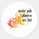 Los jugadores de polo del agua son calientes pegatinas redondas