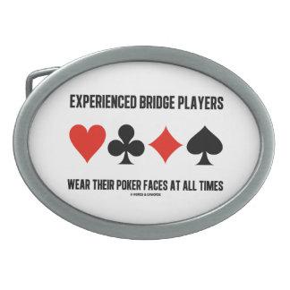 Los jugadores de puente experimentados llevan sus hebillas de cinturon ovales