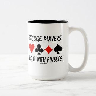 Los jugadores de puente lo hacen con delicadeza taza de dos tonos