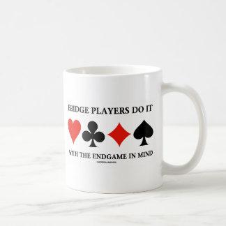 Los jugadores de puente lo hacen con el Endgame en Tazas