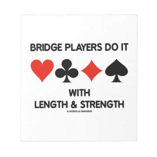 Los jugadores de puente lo hacen con longitud y fu blocs de papel