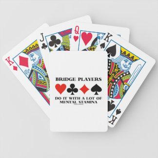 Los jugadores de puente lo hacen con mucho vigor barajas