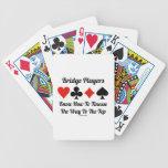 Los jugadores de puente saben cómo a la delicadeza barajas de cartas