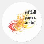 Los jugadores de softball son calientes etiquetas redondas