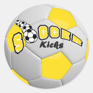Los jugadores del balón de fútbol golpean el pegatina redonda