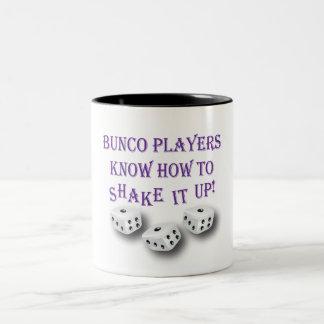 ¡los jugadores del bunco saben sacudirlo para arri taza de café