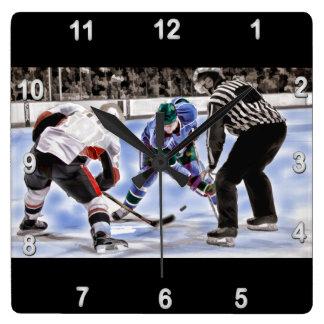 Los jugadores y el árbitro de hockey hacen frente reloj cuadrado