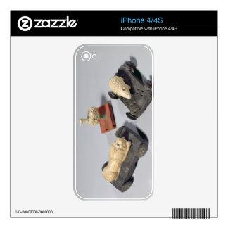 Los juguetes de los niños: un erizo, un león y una calcomanías para el iPhone 4S