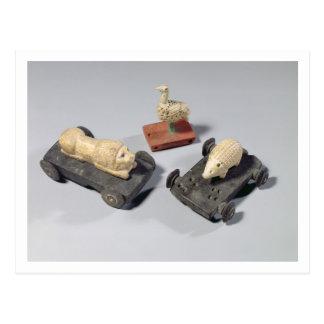 Los juguetes de los niños: un erizo, un león y una postal