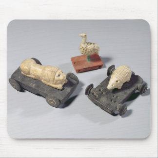 Los juguetes de los niños: un erizo, un león y una tapetes de ratón