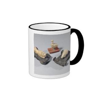 Los juguetes de los niños: un erizo, un león y una tazas de café