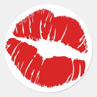 Los labios grandes grandes besan la boca que se pegatina redonda