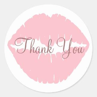 Los labios rosados le agradecen etiqueta redonda