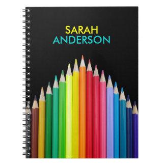 Los lápices coloreados personalizaron el cuaderno